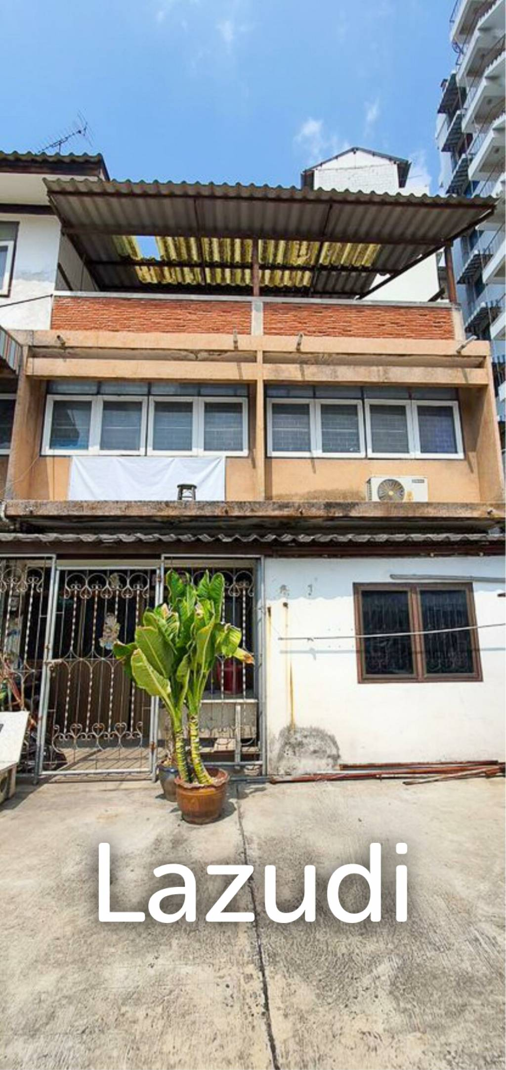 Walking street - Townhouse for sale in need of renovation
