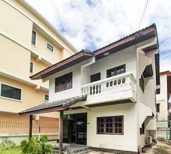 Location Location !! Freestanding 3 Bedroom House For Sale in South Pattaya